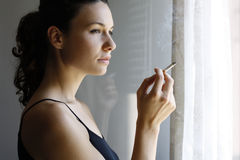 курить девушки Стоковое Изображение