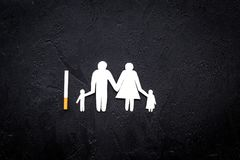 курить пакета опасности сигарет Сигарета около силуэта семьи на черном космосе взгляд сверху предпосылки для текста стоковые фото