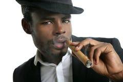 курить портрета человека сигары афроамериканца Стоковые Изображения RF
