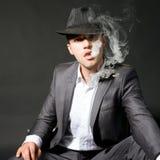 курить портрета человека Стоковая Фотография