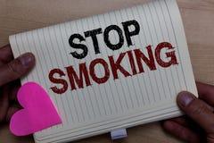 Курить стопа текста сочинительства слова Концепция дела для прерывать или останавливать пользу человека наркомании табака держа т стоковая фотография