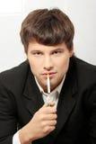 курить человека дела красивый Стоковая Фотография