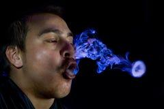 курить человека Стоковые Изображения