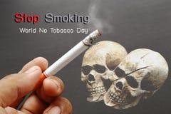 Курильщики вручают с сигаретой на темноте Стоковые Фото