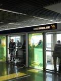 Курильщики на авиапорте изолированы Стоковая Фотография