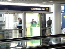 Курильщики на авиапорте изолированы Стоковое Фото