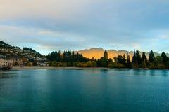 Курортный город Queenstown Новой Зеландии известный в Otago и иконической горной цепи Remarkables на заходе солнца стоковые изображения rf