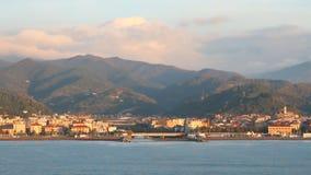 Курортный город на Albissola-Марине морского побережья, Савоне, Италии видеоматериал