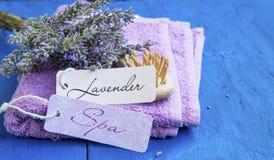 Курорт лаванды с ярлыками на полотенцах и пуке лаванды Стоковое фото RF