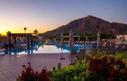 Курорт Аризоны с бассейном и горой Стоковые Фото
