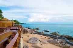 Курорт балкона и голубое море с красивым голубым небом на острове Chang Koh в Таиланде Стоковые Фото