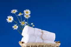 Курорт Букет стоцвета лежит на камнях белизна полотенец 2 стоковая фотография