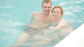 Курорт горячего источника геотермический Романтичные пары в влюбленности ослабляя в горячем бассейне акции видеоматериалы