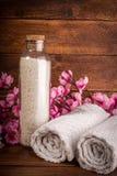 Курорт или комплект здоровья Соль белого моря в стеклянной бутылке, полотенцах и Стоковая Фотография RF