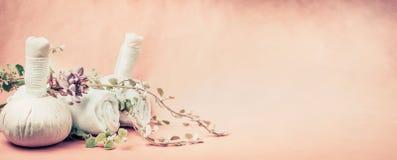 Курорт или предпосылка здоровья с оборудованием массажа, свежими травами и цветками на бежевой предпосылке Здоровая кожа или забо Стоковое фото RF