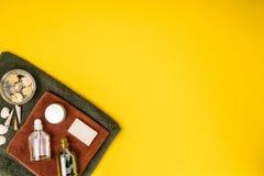 Курорт или установка здоровья в белых цветах Бутылки с необходимой ароматностью смазывают, полотенца, мыло на желтой предпосылке Стоковое Фото