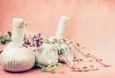 Курорт или установка здоровья для массажа или кожи и тела заботят обработки с полотенцами и свежими травами и цветками Стоковые Изображения RF