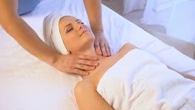 Курорт и красивое здоровье массажа девушки видеоматериал