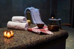 Курорт и установка здоровья с свернутыми полотенцами курорта стоковые изображения