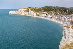 Курорт на море Etretat окруженное с скалами известняка в Нормандии, Франции Стоковые Фото