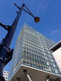 курорт ночи светильника здоровья belokurikha altay снял улицу Сибиря современный фонарный столб против современного фасада здания Стоковая Фотография