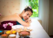 Курорт обработки и красота людей массажа для здоровых образа жизни и релаксации Закройте вверх массажа соли scrub Стоковое Изображение RF