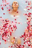 Курорт ослабляет ванну цветка Здоровье женщины, косметика, забота тела Стоковое Фото
