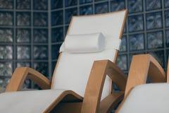 КУРОРТ ослабляет интерьер комнаты, с удобными деревянными loungers Роскошный курорт с деревянными loungers Стоковое Изображение RF