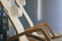 КУРОРТ ослабляет интерьер комнаты, с удобными деревянными loungers Роскошный курорт с деревянными loungers Стоковая Фотография