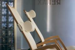 КУРОРТ ослабляет интерьер комнаты, с удобными деревянными loungers Роскошный курорт с деревянными loungers Стоковые Изображения RF