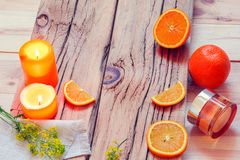 КУРОРТ с апельсинами, свечами, сливк и цветками Стоковая Фотография