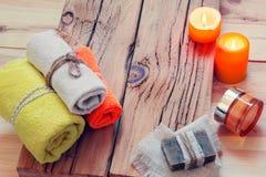 КУРОРТ с полотенцами, свечами, сливк и мылом Стоковые Фото
