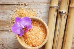 Курорт установил на деревянный стол, соль для принятия ванны, цветок орхидеи, естественного бамбука Стоковые Изображения RF
