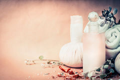 Курорт, установка здоровья или массажа с продуктами заботы кожи в бутылке, травы полотенца свежие и цветки Здоровый образ жизни,  Стоковые Фото