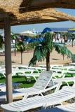 курорт loungers пляжа тропический Стоковые Изображения
