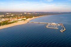 Курорт Sopot в Польше с пристанью, яхтами Марины, кораблем и пляжем Стоковые Фотографии RF