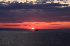 Курсировать в заход солнца стоковые изображения rf