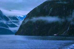 Курсировать в национальном парке fiordland Milford Sound большинств популярный n стоковое фото