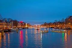 Курсировать на реке Amstel в Амстердаме на крошечном мосте на стоковое фото