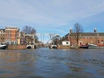 Курсировать на реке Amstel в Амстердаме Нидерландах стоковая фотография rf