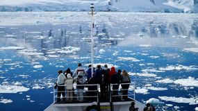 Курсировать через канал Neumayer вполне айсбергов в Антарктике стоковые изображения