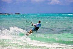 курсируя мужчина kitesurfer Стоковая Фотография RF