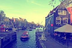Курсируя шлюпка в канале Oide Schaans шлюзует и старое средневековое Стоковое Изображение RF
