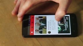 Курск, Россия - 10-ое февраля 2017: Человек просматривает до ` s места большинств популярный видео- делить видеоматериал