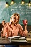 Курсы для взрослого на школе течет допущение курсы школы женщина делает список компиляции для курсов стоковые изображения rf
