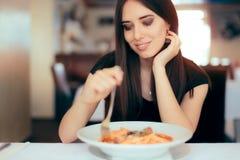Курс макаронных изделий счастливой еды женщины итальянский в ресторане Стоковая Фотография RF