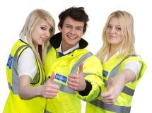 Куртка Высоко-видимости человека и женщины нося показывая большой палец руки вверх стоковые фотографии rf