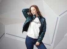 Куртка девушки маленькой девочки нося с зоной для вашего логотипа, модель-макетом hoodie белых женщин стоковое изображение rf
