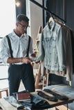 Куртка джинсовой ткани молодого человека молодого перфекциониста заботливая касающая Стоковые Фото