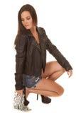 Куртка женщины черная над цепью шнурка вниз стоковые фотографии rf